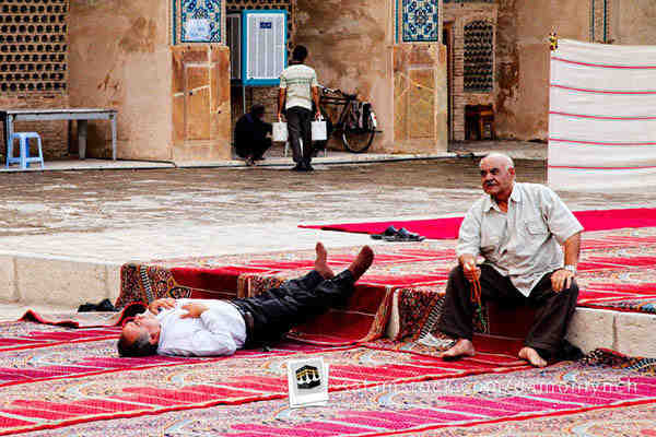 masjid-jumah-mosque-iran-isfahan-sleeping-men.jpg